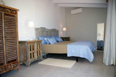 Doppelbett im Gästehaus Finca Marieta