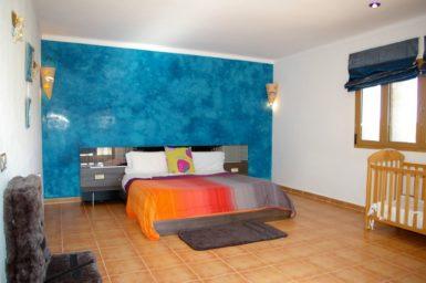 Finca Na Pont - großes Schlafzimmer mit Dusche