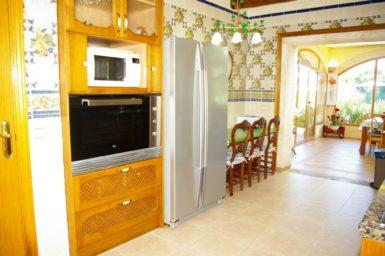 Finca Na Pont - Küche mit großen Kühlschrank