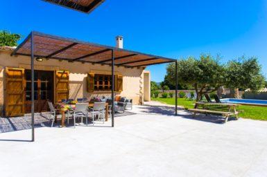 Finca Sa Clova - überdachte Terrasse mit Außenmöbel