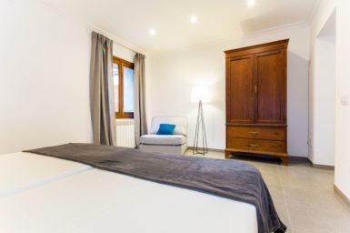 Finca Sa Clova - Kleiderschrank im Schlafzimmer