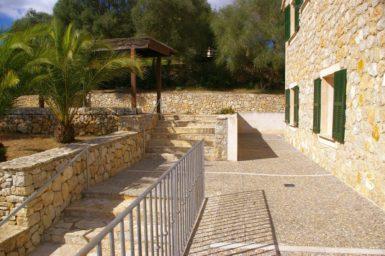 Finca Son Capellet - Weg zum überdachten Parkplatz