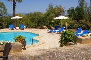 Finca Son Granada - Poolterrasse mit Sonnenliegen