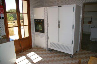 Finca Son Granada - großer Kühlschrank in der Küche