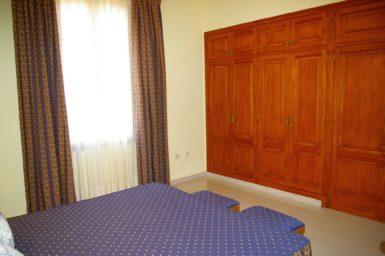 Finca Son Granada - Kleiderschrank im Schlafzimmer