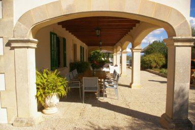 Finca Son Perxa - große Terrasse mit Außenmöbel