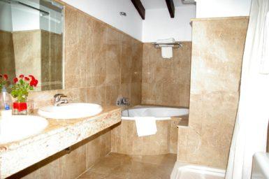 Finca Son Perxa - Bad mit Badewanne und Dusche
