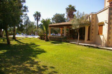 Finca Sanau - Rasenfläche am Haus