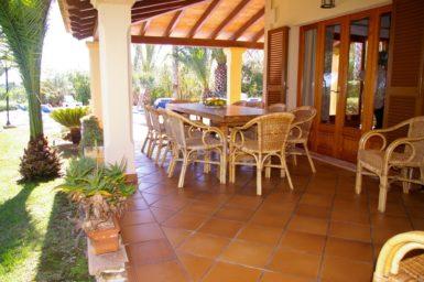 Finca Sanau - überdachte Terrasse mit Essplatz