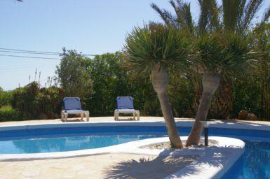 Finca Sanau - Sonnenliegen am Pool