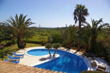 Finca Sanau - Blick auf den Pool und bis zum Meer