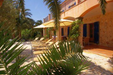 Finca Son Azul Real - Poolterrasse mit Sonnenliegen