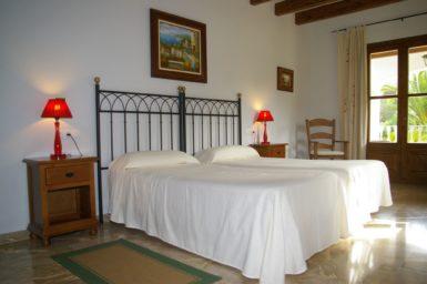 Finca Sa Pleta - Schlazimmer mit Eisenbett