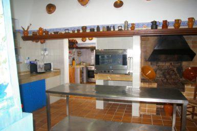 Finca Tomeu - große Küche mit Holzkohlegrill