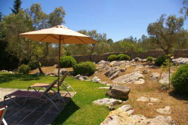 Schöner Garten mit Naturfelsen
