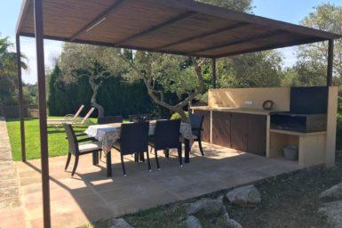 Außenküche mit Essplatz am Poolbereich