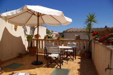 Terrasse oben mit Gartenmöbel