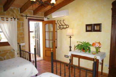 Schlafzimmer mit Zugang auf den Balkon