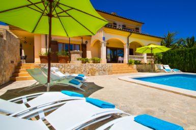 Poolterrasse der Villa