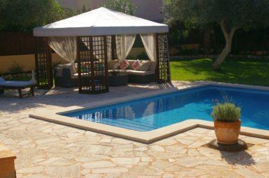 Villa Colom - überdachter Bereich am Pool