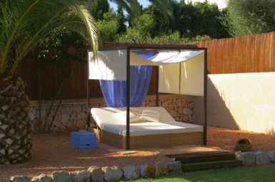 Villa Colom - Balibett im Garten