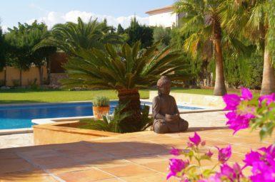 Villa Colom - schön angelegter Garten mit Pool