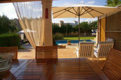 Villa Colom - Blick von der Terrasse auf den Pool