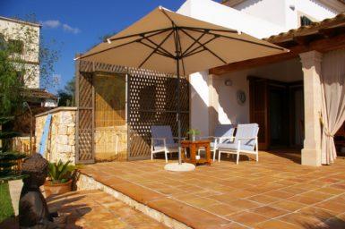 Villa Colom - Sitzplatz mit Sonnenschirm