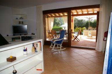 Villa Colom - Wohnbereich mit Zugang auf die Terrasse