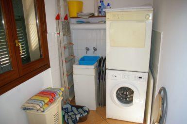 Villa Colom - Waschraum mit Waschmaschine und Trockner