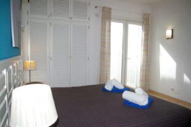 Ferienhaus Playa Dor - Schlafzimmer mit Zugang auf Terrasse