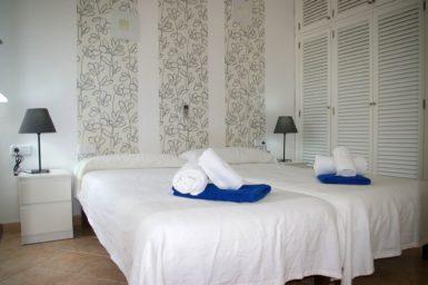 Ferienhaus Playa Dor - Schlafzimmer mit Doppelbett