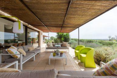 Große überdachte Terrasse