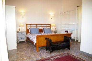 Schlafzimmer im Obergeschoss mit Doppelbett