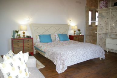 Doppelbett im offenen Schlafzimmer