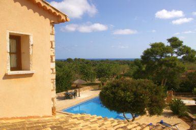 Balkon mit Blick auf den Pool