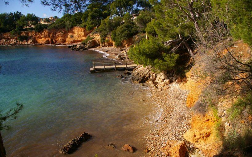 Kleine Kiesbadebucht mit Holzsteg im Südwesten von Mallorca