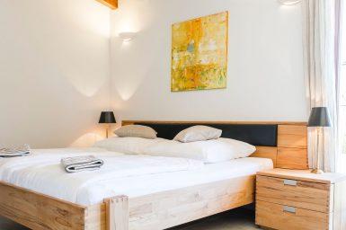 Schlafzimmer mit Holzbett