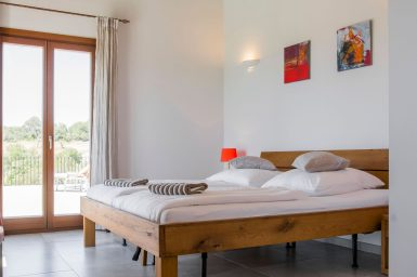 Schlafzimmer mit massiven Doppelbett