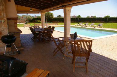 Überdachte Terrasse am Poolbereich