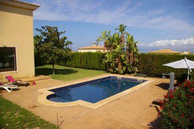 Der große Pool der Villa
